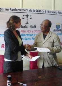 Hélène Trachez of ASF and the President of the Bar Association of Kisangani work jointly for more legal aid @ ASF - M. Causin