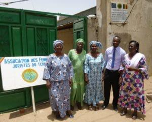 : L'association des Femmes Juristes du Tchad est l'une des trois organisations bénéficiant du soutien d'ASF. Deuxième à partir de la droite : Ben Kabagambe, Coordinateur de programme ASF au Tchad.