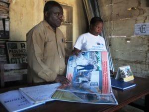 Remise des affiches au responsable du bureau de Lubero