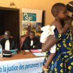 Une mère et son enfant devant le juge pendant un jugemen supplémtif